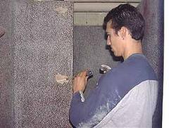 Le piochage pour une rénovation de mur en Granito Terrazzo