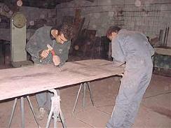 Les artistes au travail sur la rénovation de la table en Granito Terrazzo